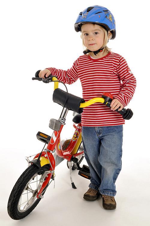 Kind geht nach de Phase des Laufradfahrens das Fahrradfahren an