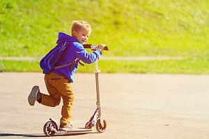 Kind spielt begeistert mit seinem Flitzer auf Rollen