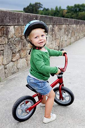 Abbildung: Kleinkind mit Laufrad