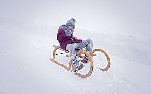 Bild: Kind spielt draußen im Schnee