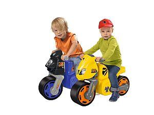 Zwei Kinder beim gemeinsamen Spielen mit ihrem Motorrad-Flitzer